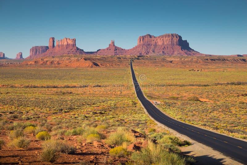 Vallée de monument avec U S Route 163 au coucher du soleil, Utah, Etats-Unis photographie stock