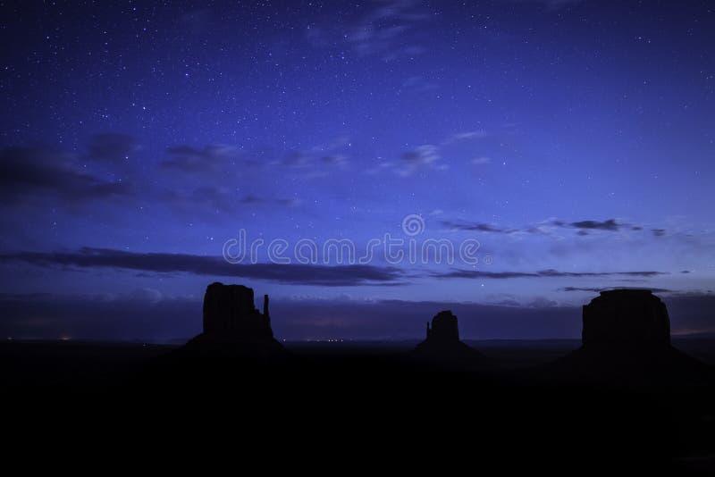 Vallée de monument sous les étoiles images stock