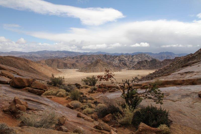 Vallée de paysage avec l'entourage rocheux images stock