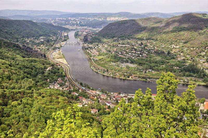 Vallée de rivière Labe par la ville Usti-NAD-Labem photographie stock libre de droits