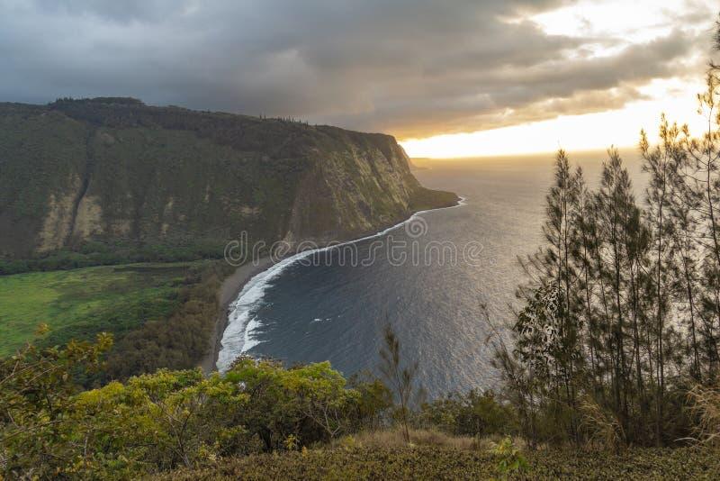 Vallée de Waipio de clifftop au coucher du soleil, grande île, Hawaï image stock