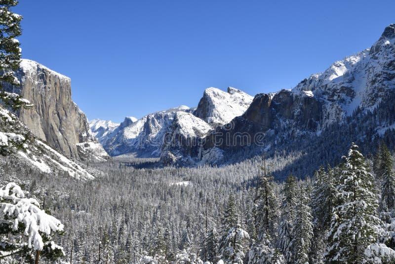 Vallée de Yosemite en hiver de vue de tunnel photographie stock libre de droits