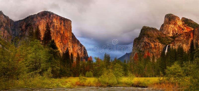 Vallée de Yosemite, sommet s'élevant d'EL Capitan, roches de cathédrale, Etats-Unis photographie stock libre de droits