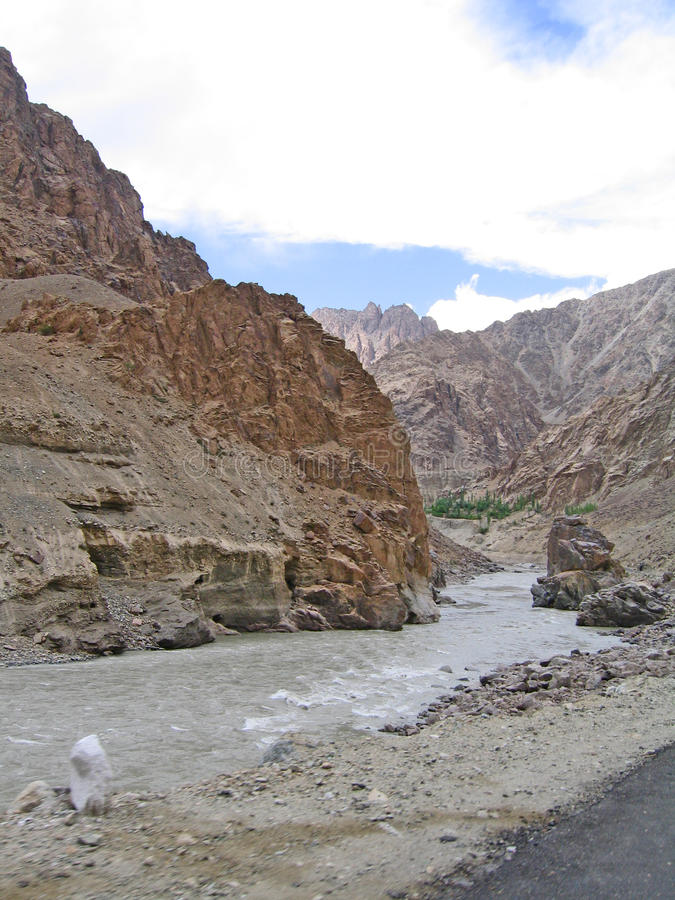 Vallée du fleuve Ind, en montagnes de Ladakh image libre de droits