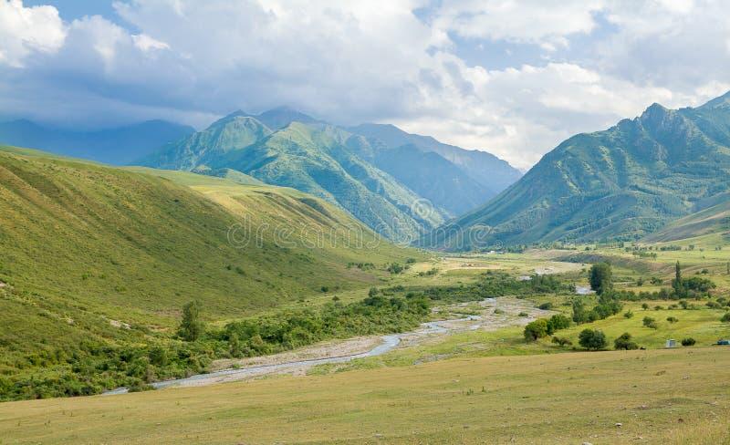 Vallée en montagnes photo stock