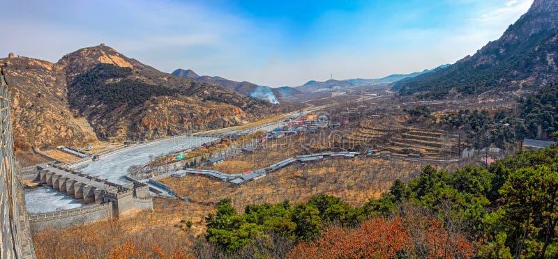 Vallée en montagnes de Yanshan d'hiver avec le pont de Neuf-voûte sur Grea photos stock