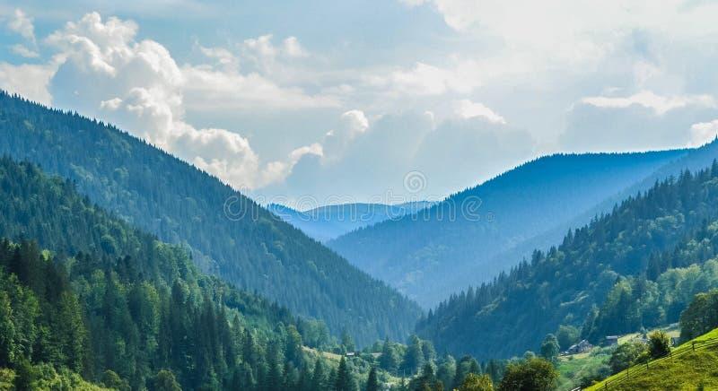 Vallée entre les montagnes photo stock