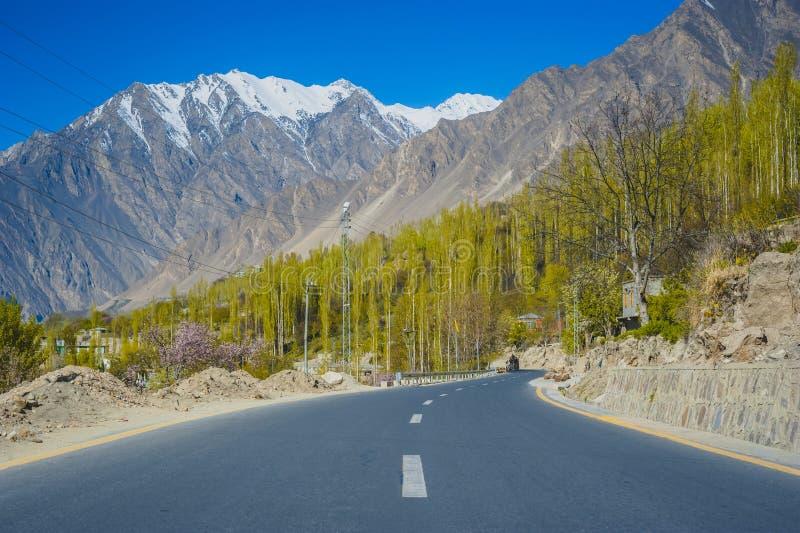 Vallée idyllique de montagne photo libre de droits