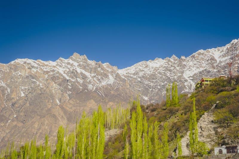 Vallée idyllique de montagne photos stock