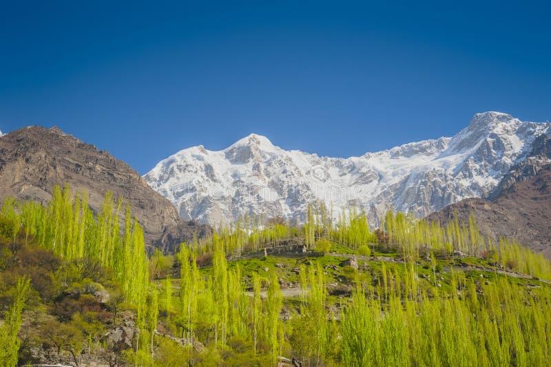 Vallée idyllique de montagne images stock