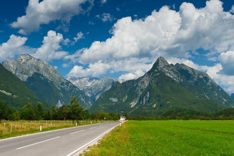 Vallée idyllique de montagne avec la route photo libre de droits