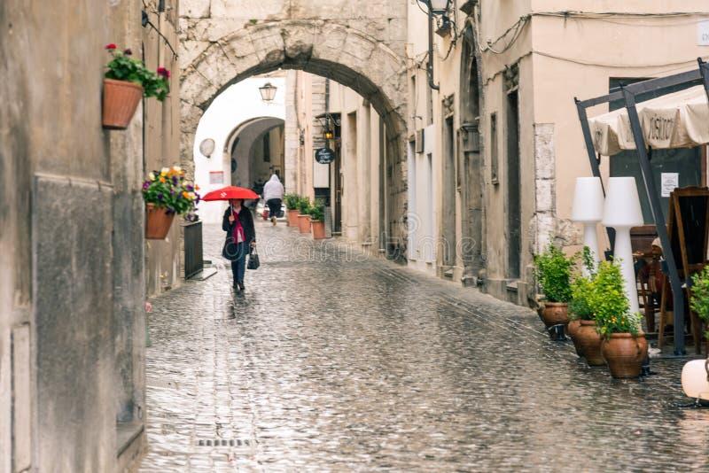 Vallée médiévale italienne et bâtiments dans le centre historique de la belle ville de Spoleto, lors d'une journée de pluie en Om images stock