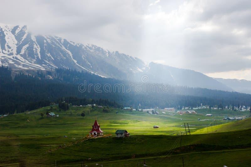 Vallée magique, paysage de village de montagne photos libres de droits