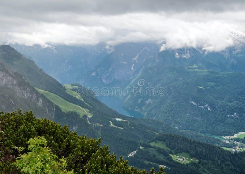 Vallée pittoresque de montagne sous Grey Sky image libre de droits