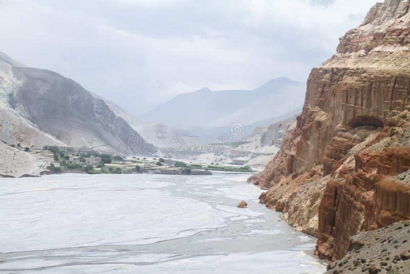 Vallée près de Kakbeny dans le mustang, Népal image stock