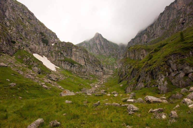 Vallée spectaculaire dans les montagnes images stock