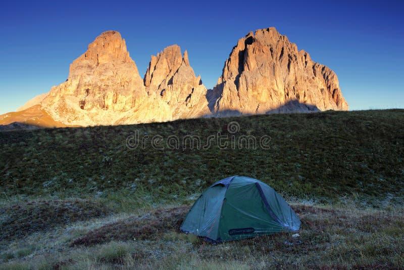 Vall?e alpine rougeoyant par lumi?re du soleil Tente verte dans le p?turage Attraction touristique populaire Sc?ne dramatique et  image libre de droits