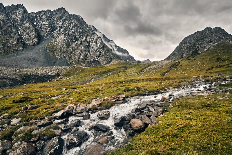 Vall?e de montagne en le Kyrgyzstan photographie stock libre de droits