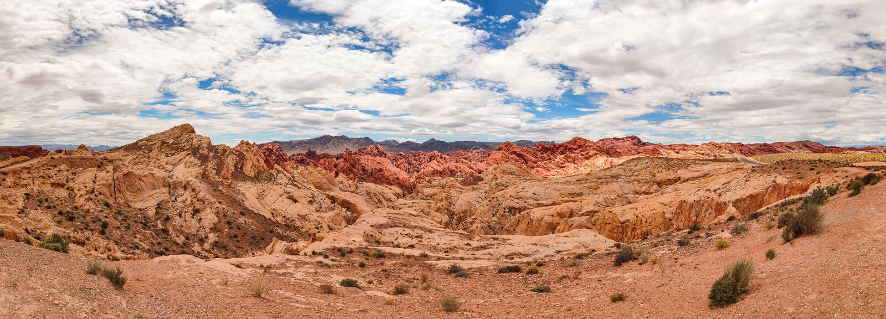 Vall?e du feu, Nevada, Etats-Unis Panorama contre le ciel bleu avec le fond de nuages images stock