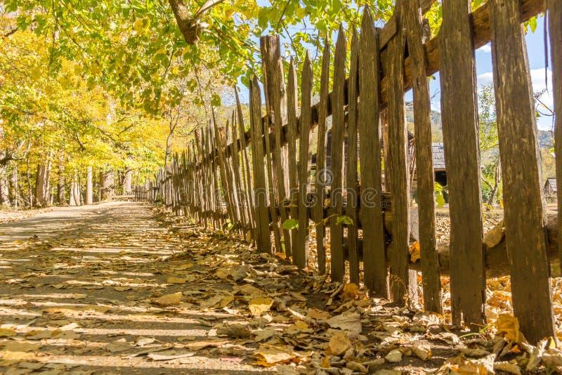 Valla de estacas de madera vieja en una granja histórica imagenes de archivo