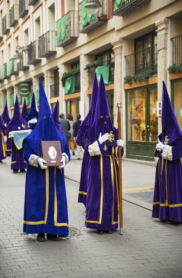 VALLADOLID - ABRIL, 02: Nazarenes durante o ce da parada da Semana Santa imagem de stock