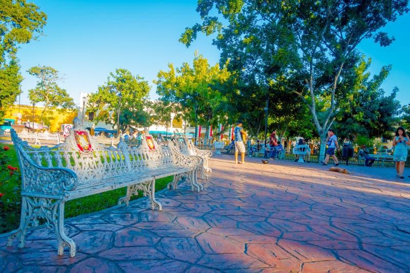 VALLADOLID, MESSICO - 12 NOVEMBRE 2017: Gente non identificata che cammina nel parco della città di Valladolid di Yucatan nel Mes immagini stock libere da diritti