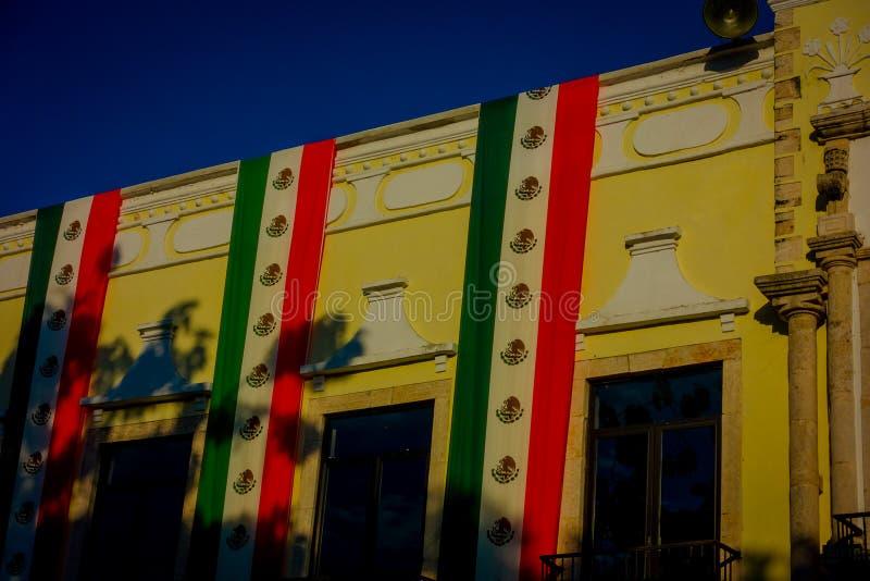 VALLADOLID, MEXIKO - 12. NOVEMBER 2017: Ansicht im Freien eines Gebäudes mit einer mexikanischen Flagge, die in der Fassade in a  lizenzfreie stockbilder