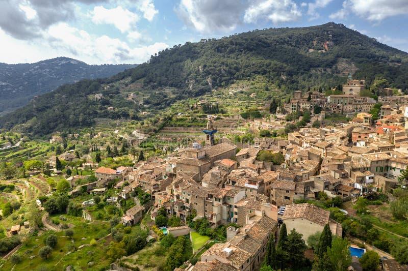Valldemossa Mallorca, Spanien solig dag Den härliga europeiska byn i en dal i bergen, sand färgade hus royaltyfria bilder