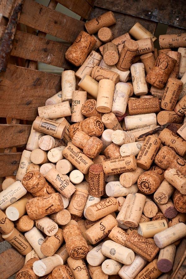 Valldemossa Palma de Mallorca Lipiec 07, 2017: Wino korki w nieociosanym koszu fotografia stock
