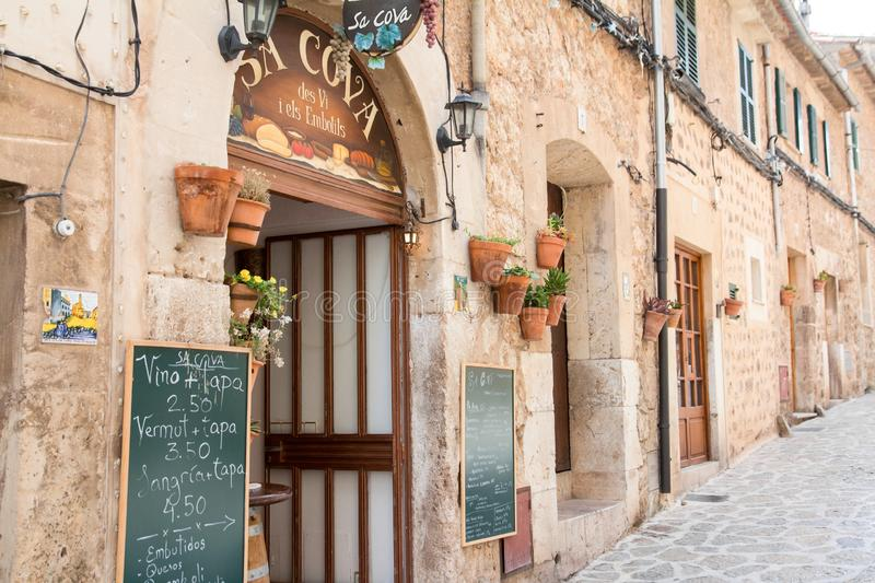 VALLDEMOSSA, SPAIN - JUNE 2016 exterior of Sa Cova food shop in Valldemossa on June 2016 in Valldemossa, Spain stock images