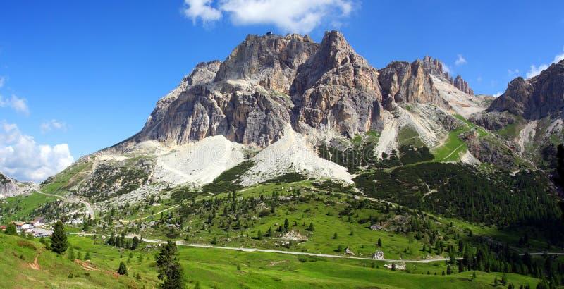 Valle alpestre asoleado fotografía de archivo