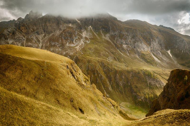 Valle alpino en dolomías, Passo di Giau, Italia imágenes de archivo libres de regalías