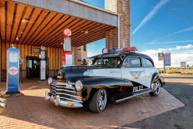 Valle, AZ - CIRCA im März 2015 - Retro- Auto der ausgezeichneten Polizei auf einer Tankstelle in Valle, Arizona, circa im März 20 lizenzfreies stockfoto
