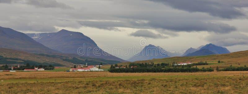 Valle cerca de Akureyri, Islandia Paisaje rural Verano nublado DA fotos de archivo