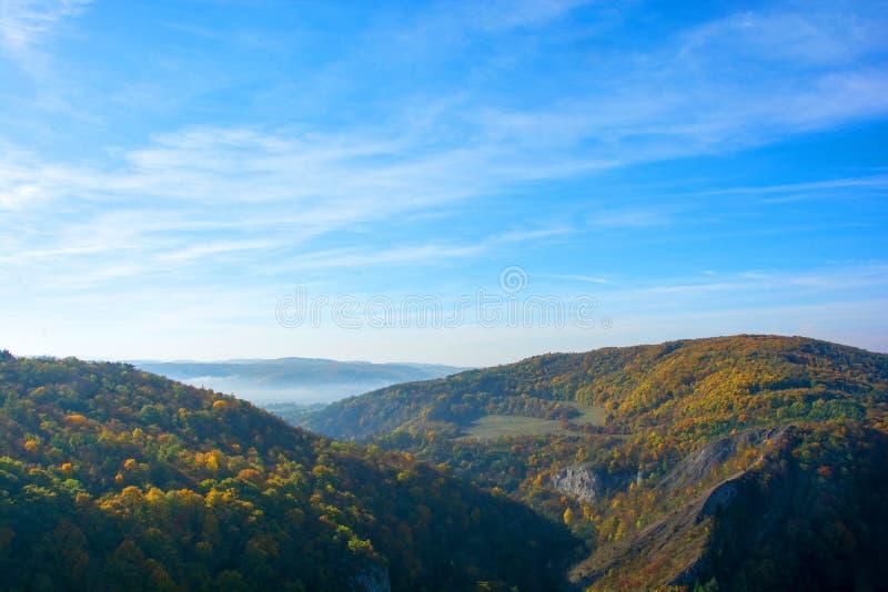 Valle colorido de la montaña del otoño en la niebla foto de archivo libre de regalías