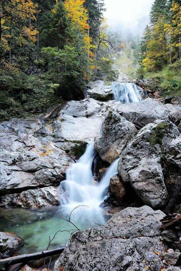 Valle con el arroyo y cascadas en otoño imágenes de archivo libres de regalías