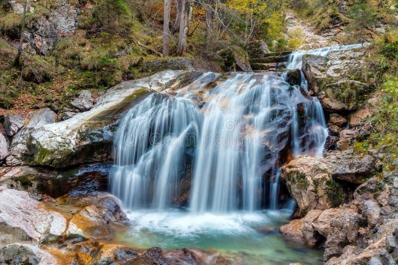 Valle con el arroyo y las cascadas foto de archivo libre de regalías