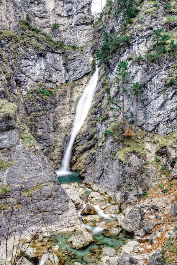 Valle con el arroyo y las cascadas fotografía de archivo