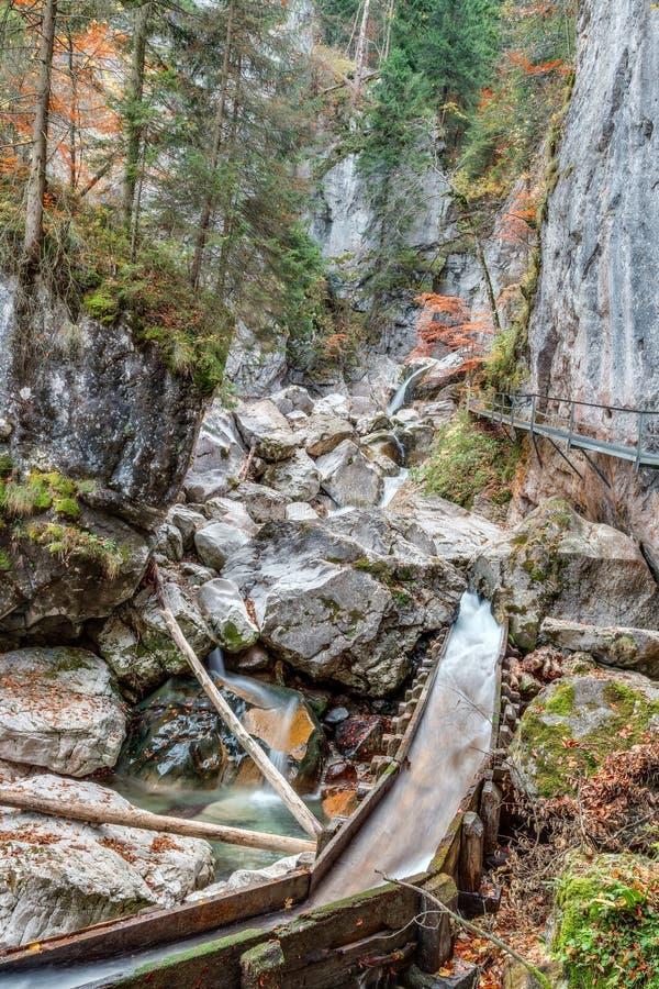 Valle con el arroyo y las cascadas imagenes de archivo