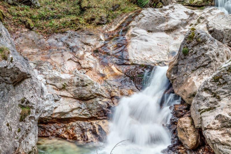 Valle con el arroyo y las cascadas imagen de archivo