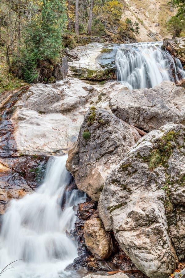 Valle con el arroyo y las cascadas imágenes de archivo libres de regalías