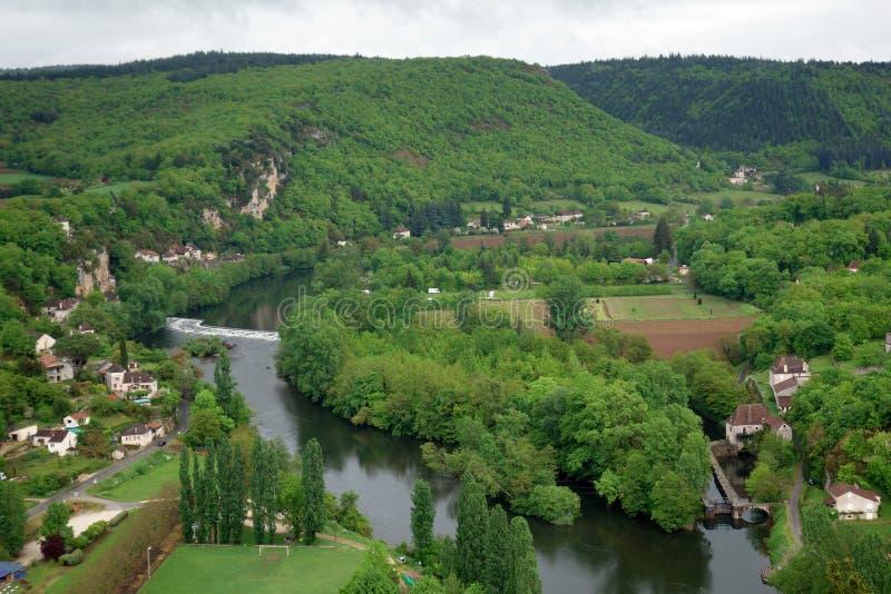 Valle con el río del santo-Cirq-Lapopie en el valle de la porción, Francia imagen de archivo
