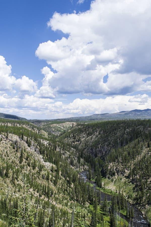 Valle con el río que corre a través de él y cielo azul y nubes fotos de archivo libres de regalías