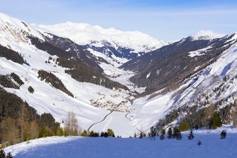 Valle con il villaggio nell'inverno austriaco delle alpi Paesaggio a Tirolo, cima della montagna di Hintertux di Europa fotografie stock