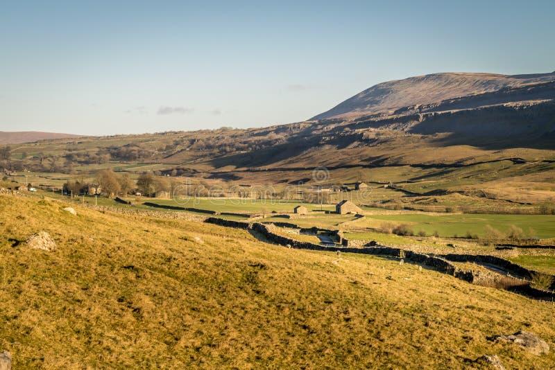 Valle con las casas de la granja imágenes de archivo libres de regalías