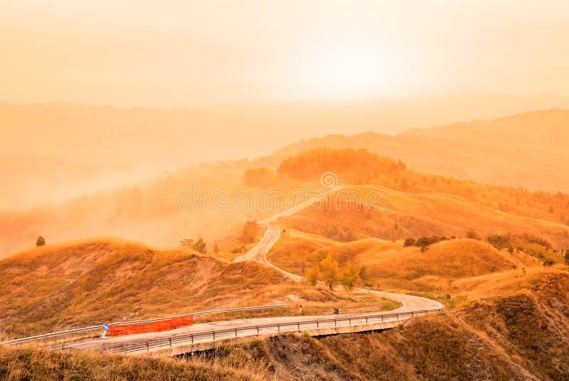 Valle con niebla fotos de archivo
