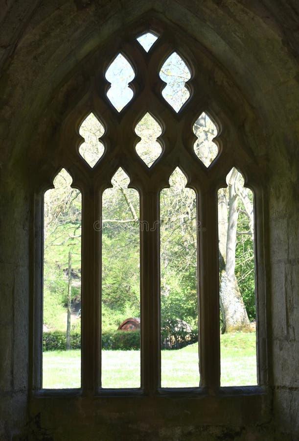 Valle Crucis la abadía de País de Gales, una ventana en sillouette imagenes de archivo