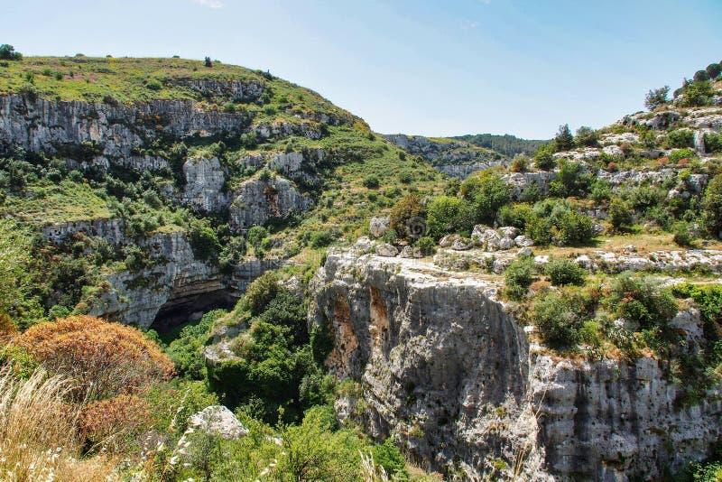 Valle de Anapo y meseta de Pantalica cerca de Siracusa, en Sicilia (Italia) foto de archivo