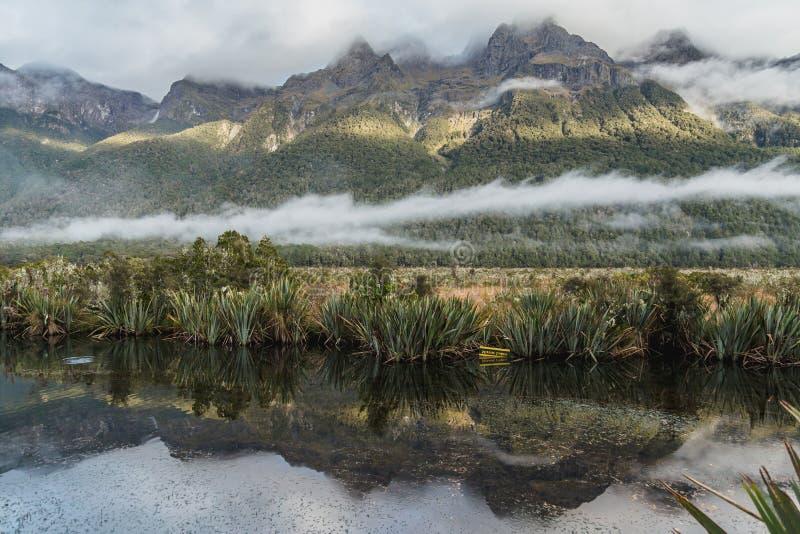 Valle de Eglinton, lagos del espejo a lo largo del camino del camino del milford en Nueva Zelanda fotografía de archivo