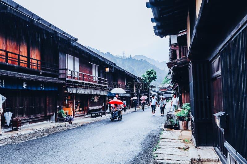 VALLE de KISO, JAPÓN - 10 de junio de 2018: El valle de Kiso es la ciudad vieja o las casas de madera tradicionales japonesas par fotografía de archivo libre de regalías